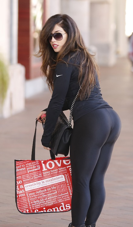 EXCLUSIVE: Justin Bieber's friend, model, Carmen Ortega shows off her rear-end as she's spotted shopping in Orange County CA.